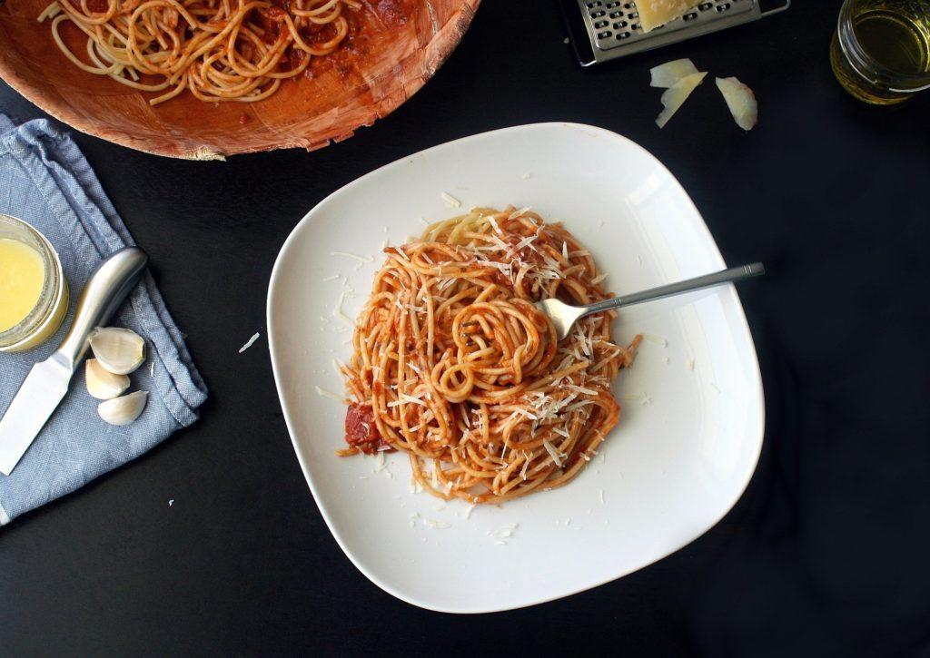 Ein Abend mit Freunden. Spaghetti-Bolognaise