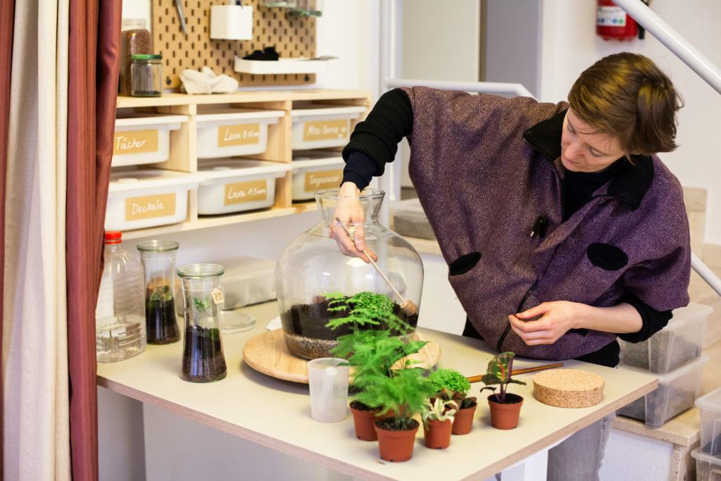 Aurelie gibt Workshops, um Terrarien selber herzustellen